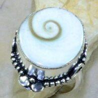 טבעת כסף בשיבוץ צדף שיווה מידה: 10