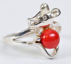 טבעת כסף בשיבוץ קורל