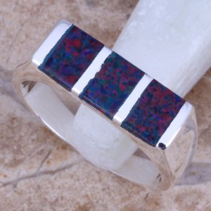 טבעת כסף משובצת אבני אופל כחול אדום