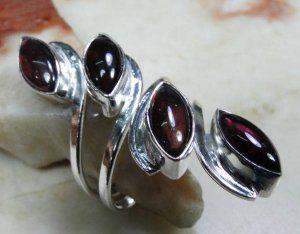 טבעת כסף משובצת אבני אמטיסט