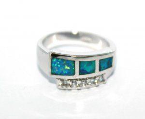 טבעת כסף משובצת באבני אופל כחול
