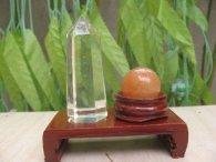 כדור אוונטורין ומוט קוורץ קריסטל במתקן עץ מסוגנן משקל: 50 גרם