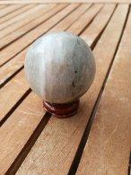 כדור פלואורייט גדול ומעמד עץ מסוגנן