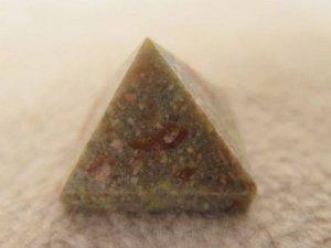 פירמידה מאבן ג'ספר ירקרק חום משקל: 20 גרם