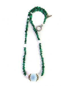 שרשרת מאבן אגת ירוק עם אבן מרכזית אופלית