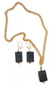 שרשרת תליון ועגילי ג'ייד מעוטר בסמלי מזל סיניים מוזהב