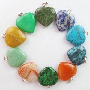 תליון אבן לב קטן מסוגי קריסטלים שונים