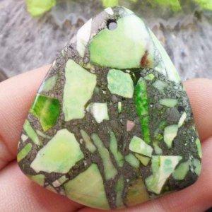תליון מאבן ג'ספר ירוק מעורב פיריט