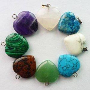 תליון אבן מסוגי קריסטלים שונים בעיצוב לב