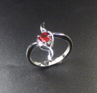 טבעת כסף משובצת קריסטל אדום מידה: 8
