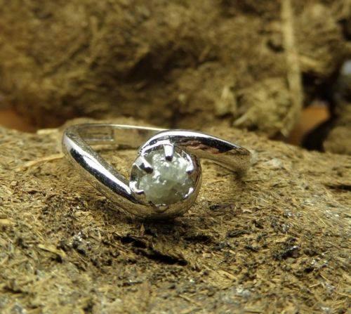טבעת כסף 925 בשיבוץ יהלום גלם לבן 0.50