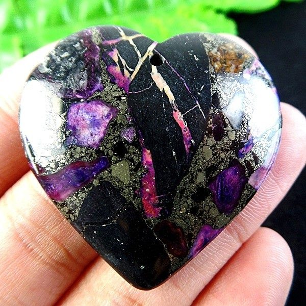 תליון מאבן ג'ספר מעורב בפיריט גווני סגול שחור וירוק עיצוב לב