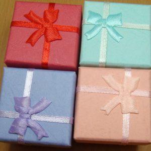 """4 קופסאות אריזה לתכשיט עם סרט 4 צבעים מידה: 41*41 מ""""מ"""