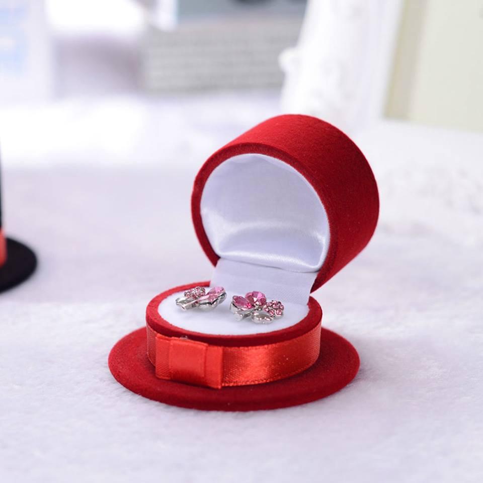 קופסת אריזה מהודרת לעגילים או טבעת עיצוב כובע אדום
