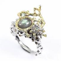 טבעת עבודת יד בשיבוץ לברדורייט ספיר וטופז כסף וציפוי זהב