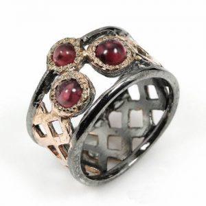 טבעת עבודת יד בשיבוץ גרנט כסף ציפוי זהב ורודיום שחור