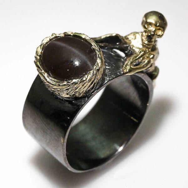 טבעת עבודת יד בשיבוץ עין החתול כסף רודיום שחור וציפוי זהב