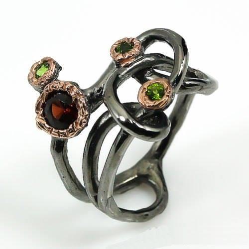 טבעת עבודת יד בשיבוץ גרנט ודיופסיד כסף ציפוי זהב ורודיום שחור