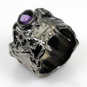 טבעת עבודת יד בשיבוץ אמטיסט כסף ורודיום שחור
