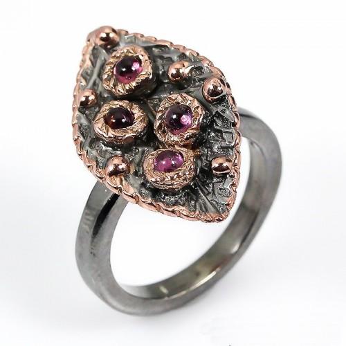 טבעת עבודת יד בשיבוץ רודונייט כסף ציפוי זהב ורודיום שחור