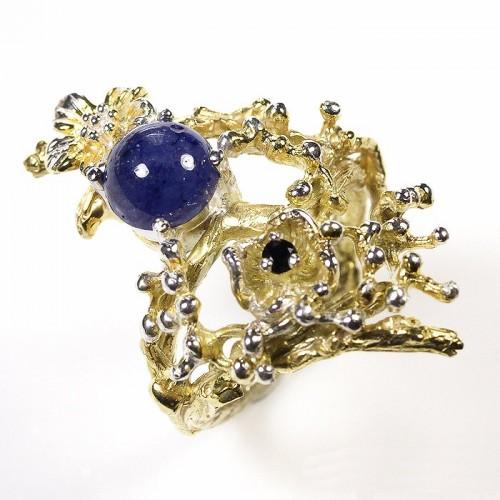 טבעת עבודת יד בשיבוץ ספיר כחול כסף וציפוי זהב