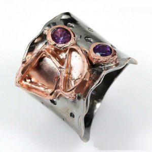 טבעת יוקרה עבודת יד בשיבוץ אמטיסט כסף ציפוי זהב ורודיום שחור