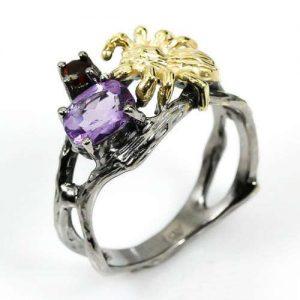 טבעת עבודת יד בשיבוץ אמטיסט וגרנט כסף ציפוי זהב ורודיום שחור