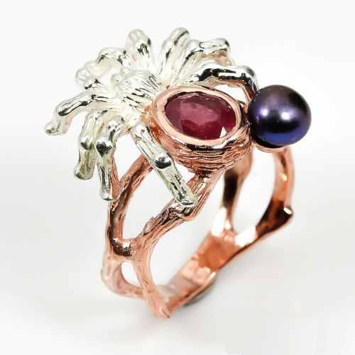 טבעת עבודת יד בשיבוץ רובי ופנינה שחורה כסף וציפוי זהב