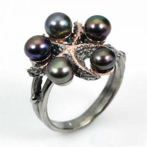טבעת עבודת יד בשיבוץ 5 פנינים שחורות כסף ציפוי זהב ורודיום שחור עיצוב כוכב ים