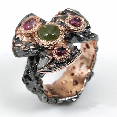 טבעת עבודת יד בשיבוץ ספיר ירוק וטורמלין ורוד כסף ציפוי זהב ורודיום שחור
