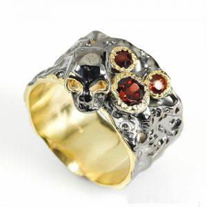 טבעת עבודת יד בשיבוץ גרנט כסף ציפוי זהב ורודיום שחור עיצוב גולגולת