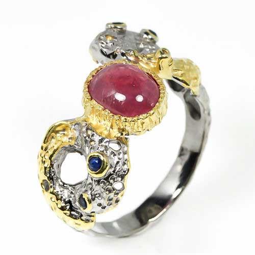 טבעת עבודת יד בשיבוץ רובי ואבני ספיר כסף ציפוי זהב ורודיום שחור