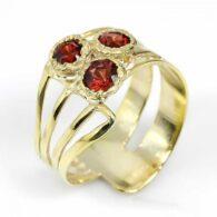 טבעת עבודת יד בשיבוץ גרנט כסף וציפוי זהב