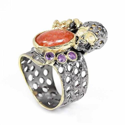 טבעת עבודת יד בשיבוץ סמסטון ואמטיסט כסף ציפוי זהב ורודיום שחור