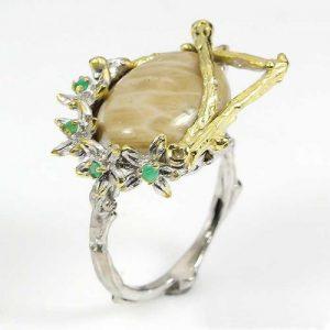 טבעת עבודת יד בשיבוץ קורל פוסייל ואמרלד כסף וציפוי זהב