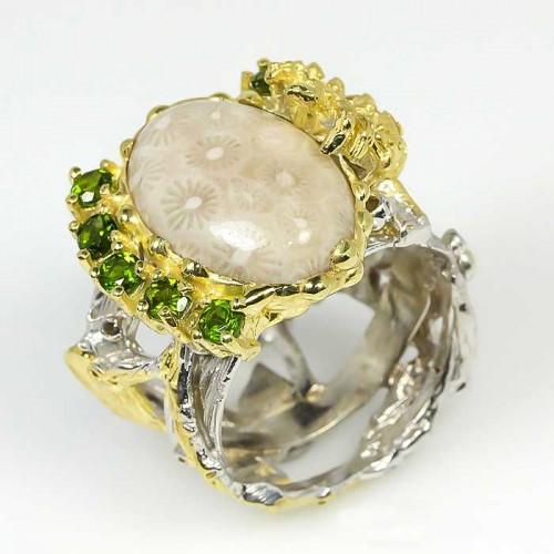 טבעת עבודת יד בשיבוץ אבני קורל פוסיל ופרידות כסף ציפוי זהב ורודיום שחור