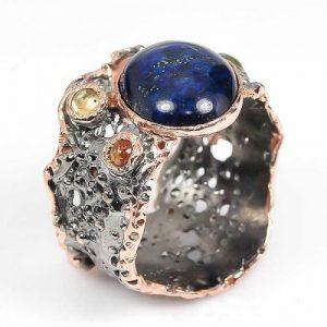 טבעת עבודת יד בשיבוץ אבני לאפיס לג'ולי וספיר כסף ציפוי זהב ורודיום שחור