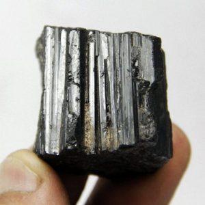 """טורמלין גלם שחור 63 גרם מידות: 28*32*37 מ""""מ"""