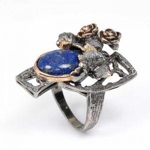 טבעת עבודת יד בשיבוץ לאפיס לג'ולי ואמרלד כסף ציפוי זהב ורודיום שחור