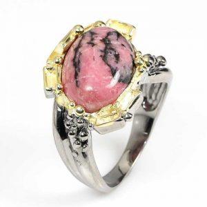 טבעת עבודת יד בשיבוץ אבן רודונייט כסף ציפוי זהב ורודיום שחור