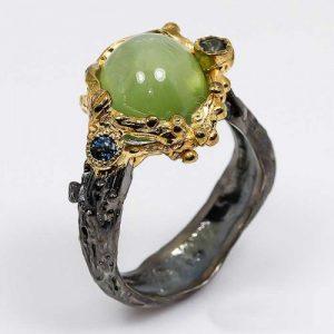 טבעת עבודת יד בשיבוץ אבני פרינהייט וספיר כחול כסף ציפוי זהב ורודיום שחור