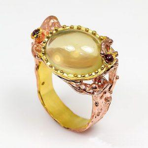 טבעת עבודת יד בשיבוץ אבני קוורץ לימוני וגרנט כסף וציפוי זהב מולטי