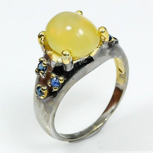 טבעת בשיבוץ אופל צהוב וספיר כחול עבודת יד כסף ציפוי זהב ורודיום שחור מידה: 8.75