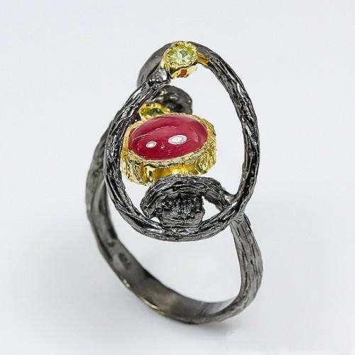 טבעת בשיבוץ רובי ופרידות עבודת יד כסף ציפוי זהב ורודיום שחור מידה: 10