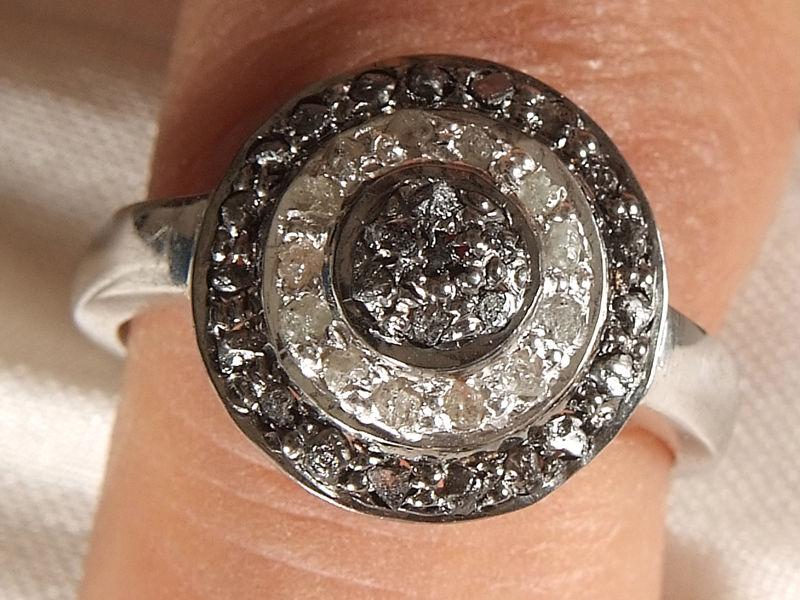 טבעת כסף 925 בשיבוץ יהלומי גלם לבן שחור 0.85 קרט מידה: 7