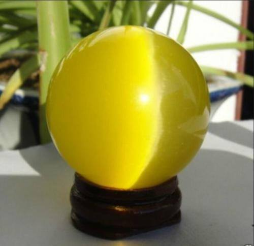 """כדור עין החתול קוורץ צהבהב קוטר: 40 מ""""מ במעמד עץ מסוגנן"""
