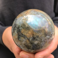 """כדור לברדורייט גדול במעמד עץ מסוגנן משקל: 680 גרם קוטר: 77 מ""""מ"""