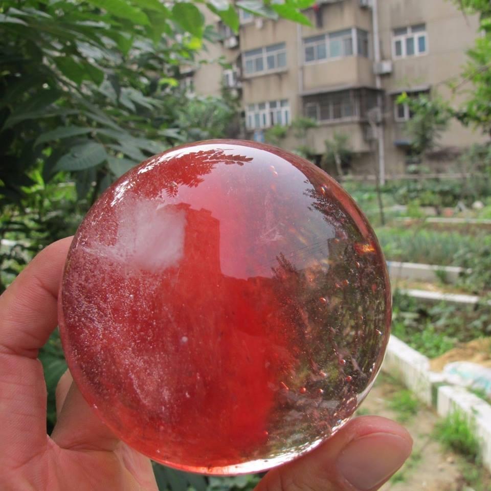 """כדור קוורץ אדום משקל: 830 גרם קוטר: 90 מ""""מ"""