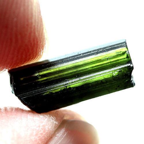 טורמלין ירוק גלם לליטוש ושיבוץ מוט איכותי 3.74 קרט