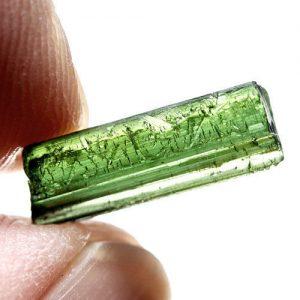 טורמלין ירוק גלם לליטוש ושיבוץ מוט איכותי 3.38 קרט